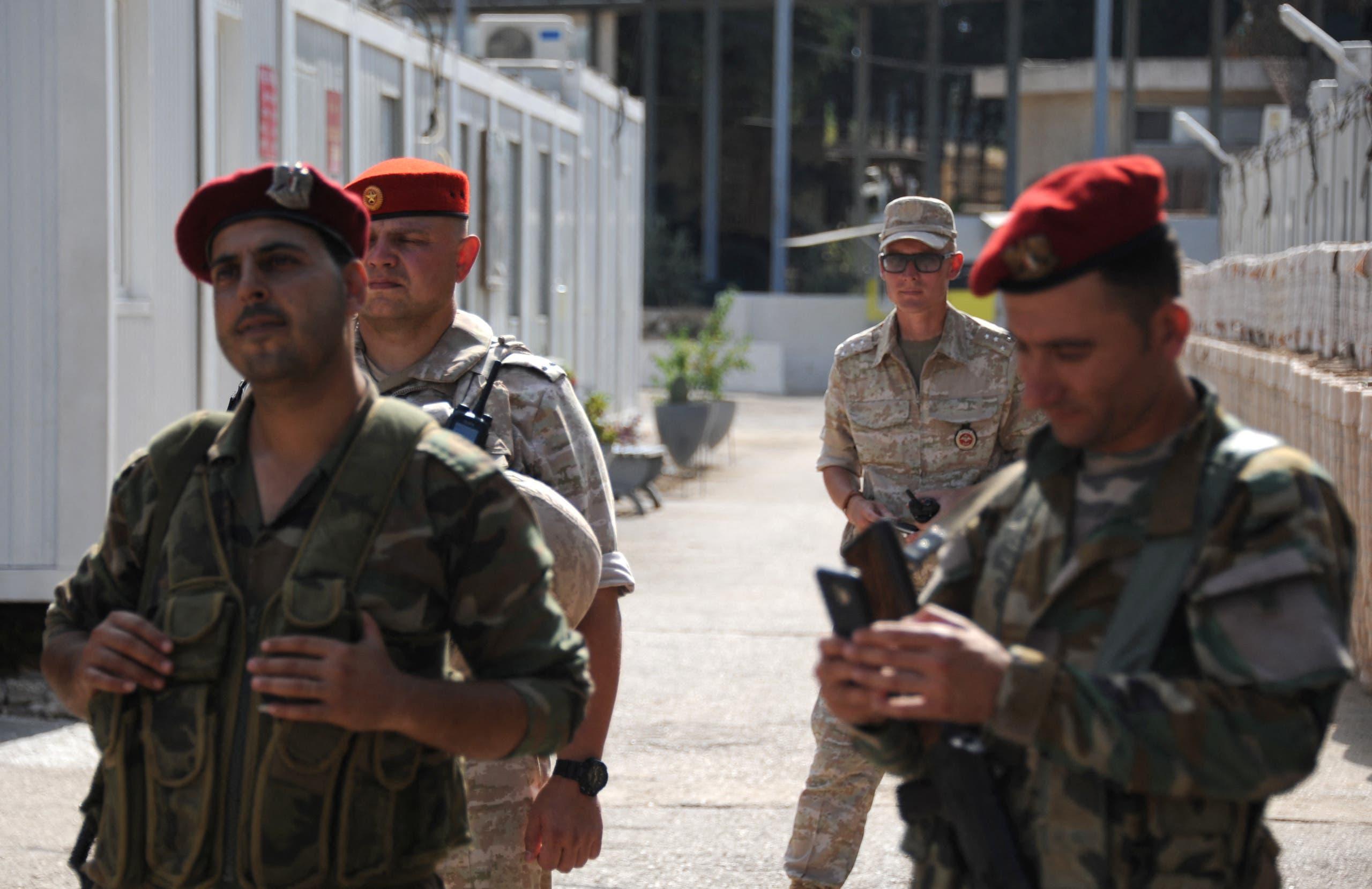جنود من النظام والجيش الروسي في طرطوس (فرانس برس)