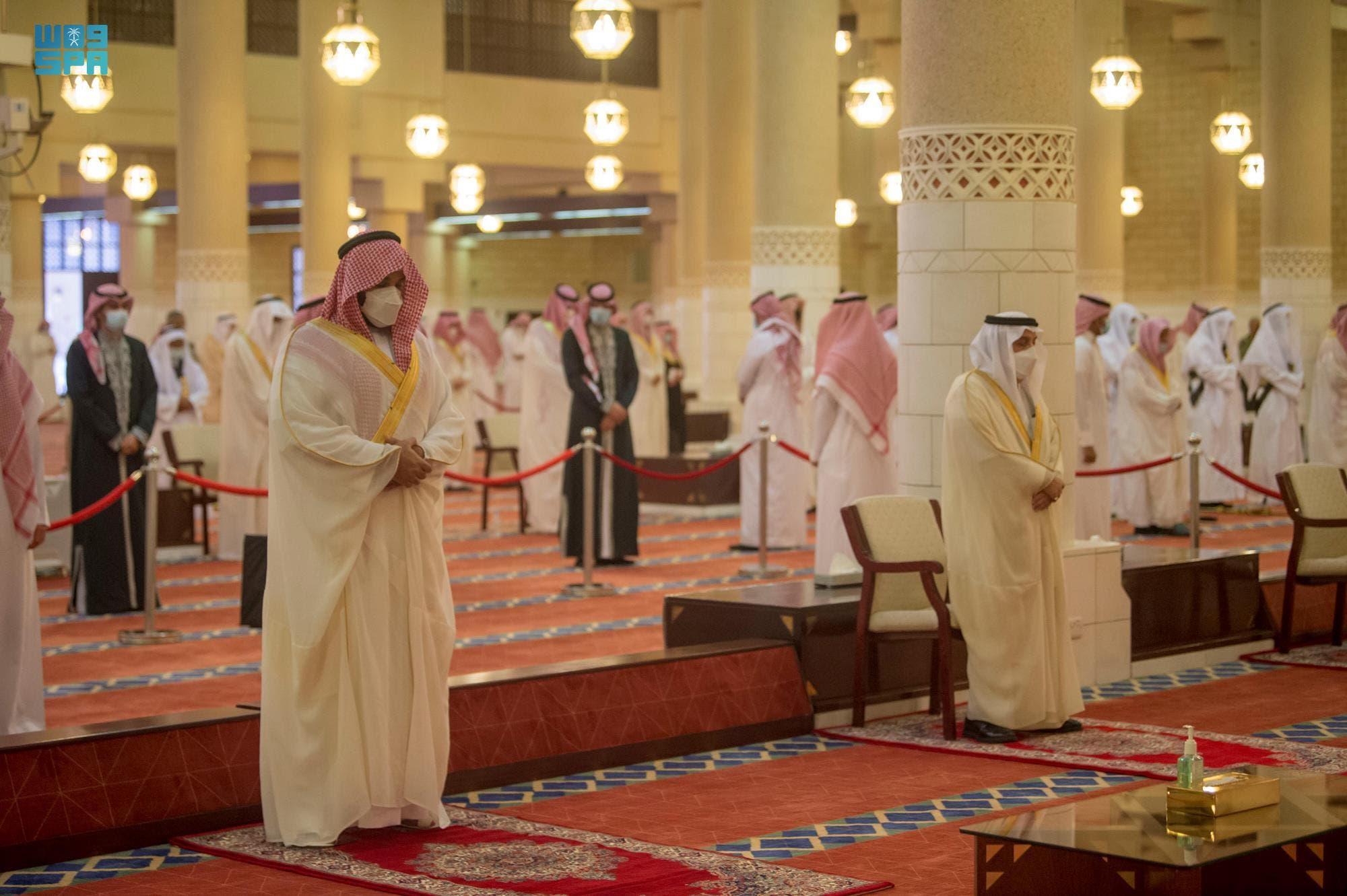 محمد بن سلمان يؤدي صلاة العيد