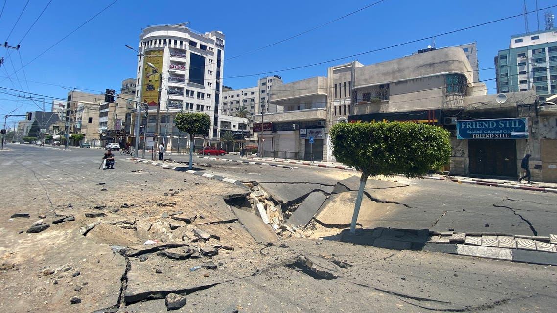 آثار الصواريخ في منطقة بإسرائيل (رويترز)