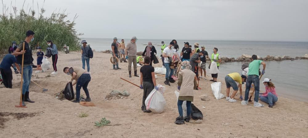 Green Southerners volunteers work to clear tar balls from Lebanese coastline. (Image: Green Southerners