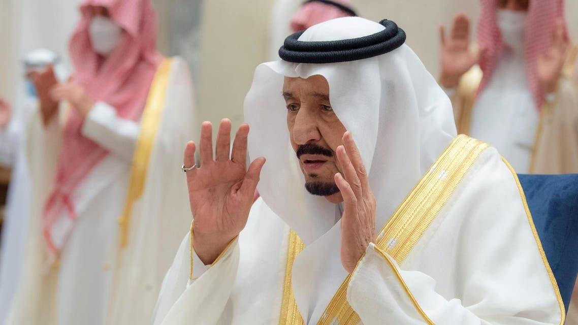 الملك سلمان يؤدي صلاة العيد