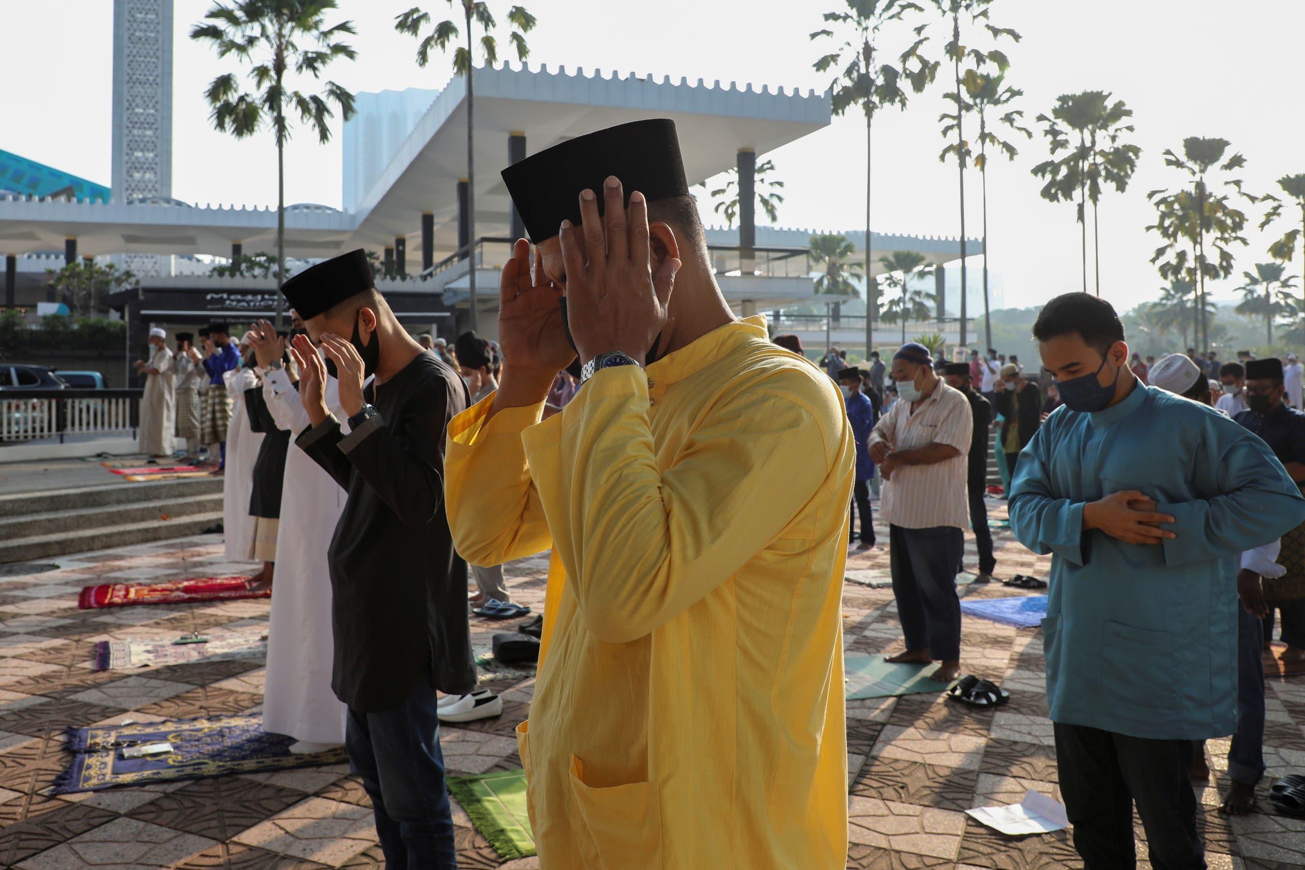 صلاة العيد في ماليزيا (رويترز)