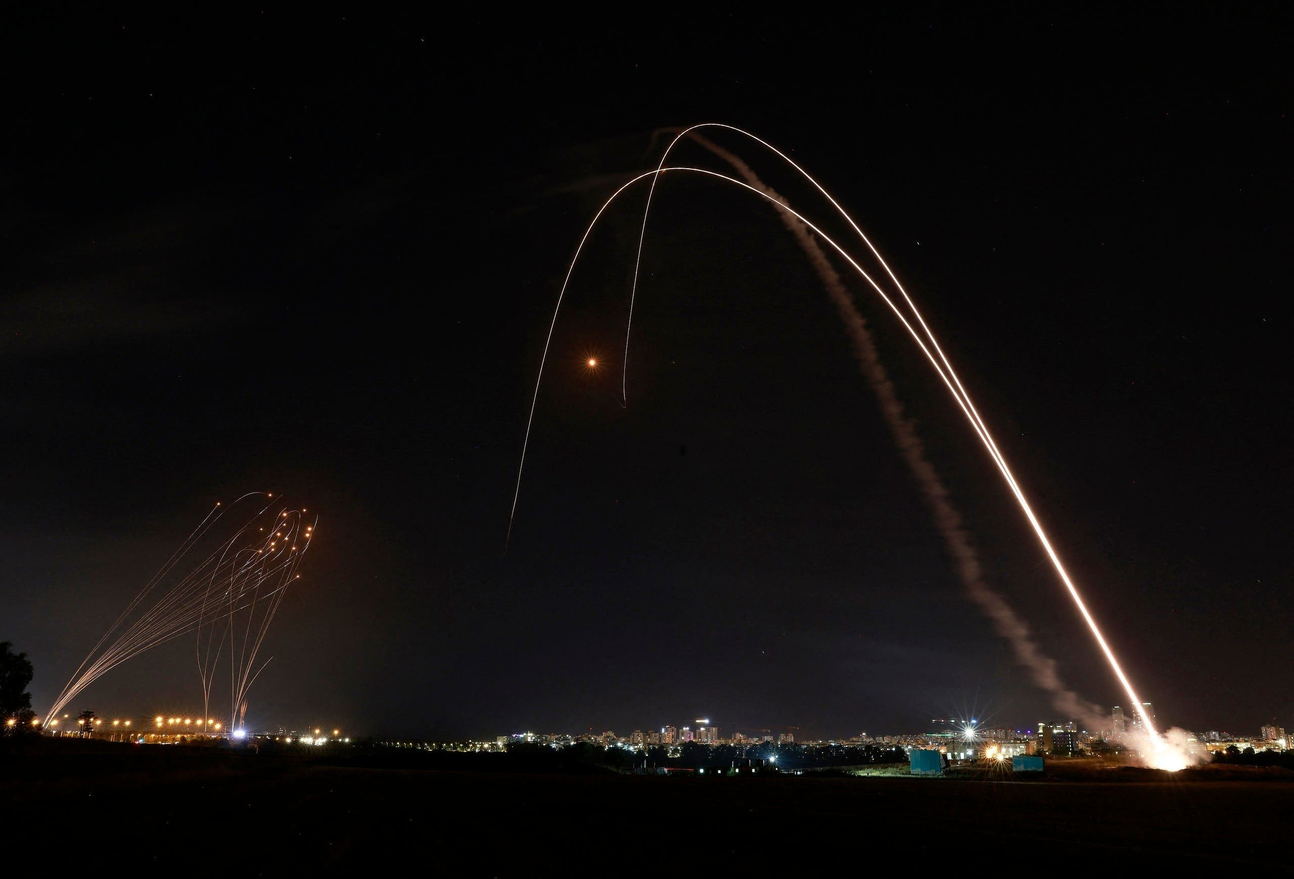 آئرن ڈوم غزہ سے فائر راکٹوں کو فضا میں ناکارہ بنا رہا ہے