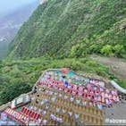 سعودی عرب: بلند پہاڑوں میں بنی معلق عید گاہ میں نماز عید کے جادووئی مناظر