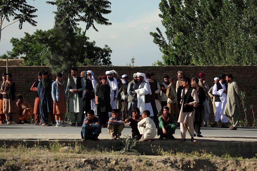 من أمام الجامع المستهدف في كابول (رويترز)
