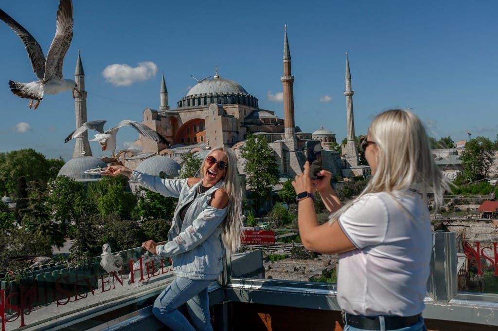 سائحتان وسط مدينة اسطنبول 14 مايو 2021 - فرانس برس