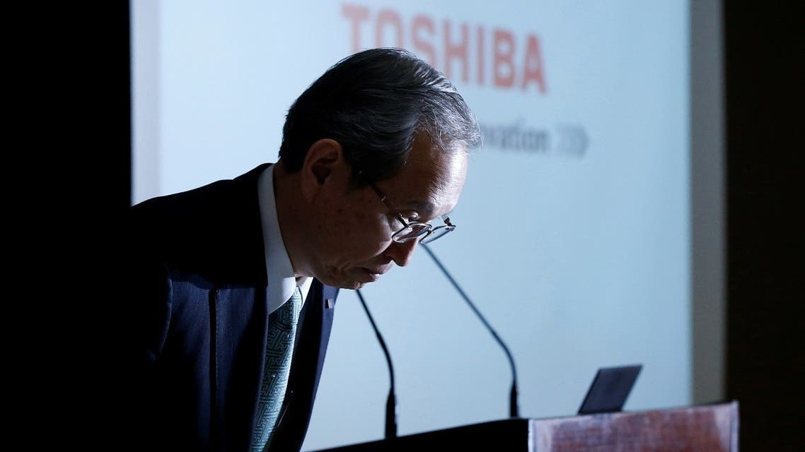 Toshiba Corp CEO Satoshi Tsunakawa bows as the start of a news conference at the company's headquarters in Tokyo, Japa. (File photo: Reuters)