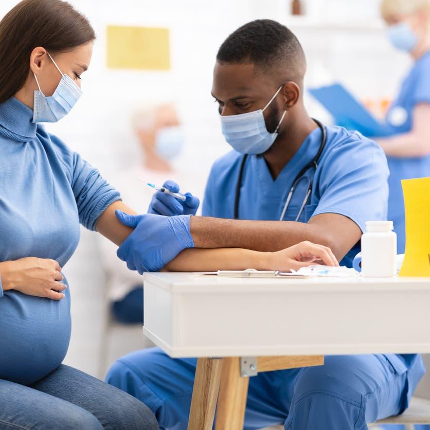 """دراسة جديدة تحسم الجدل.. لقاح """"كورونا"""" يحمي الحوامل والأجنة"""