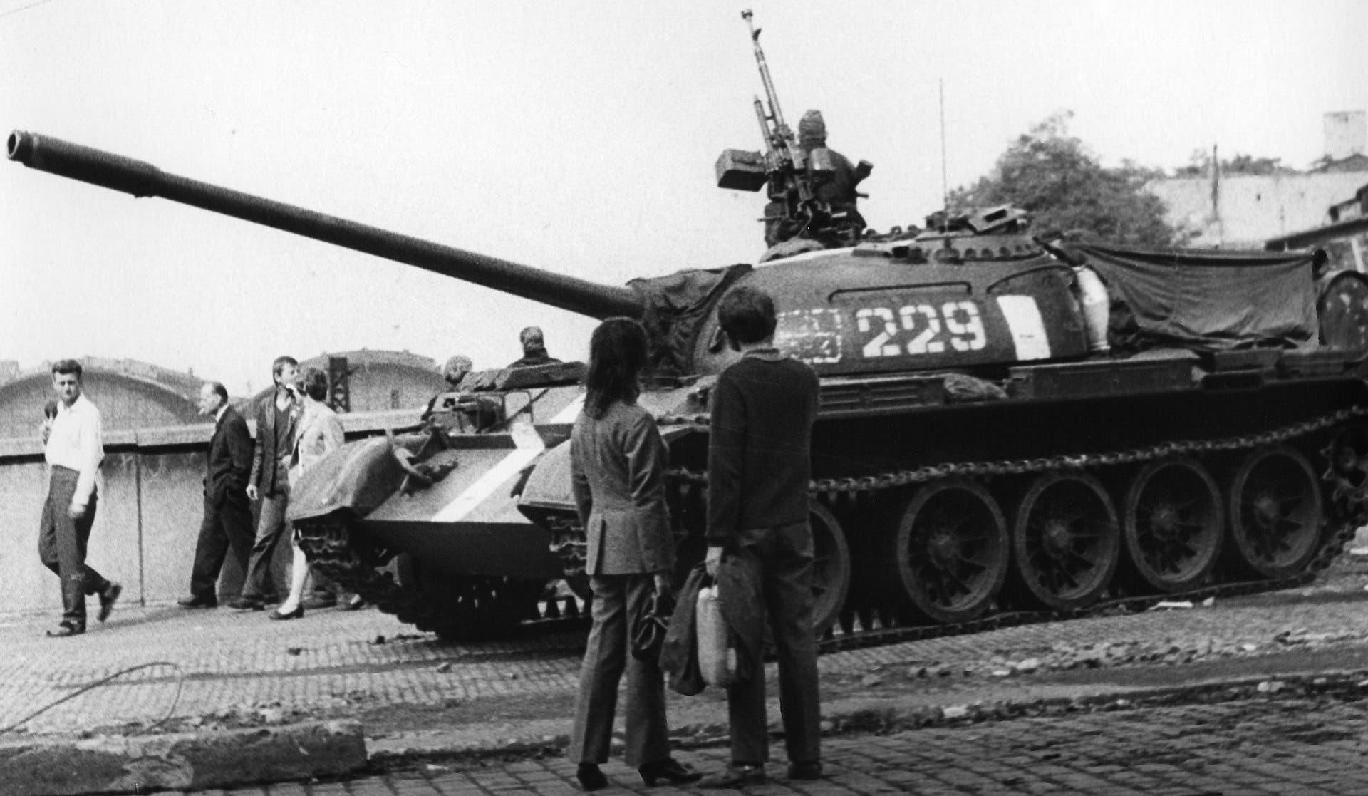 دبابة سوفيتية عقب التدخل بتشيكوسلوفاكيا عام 1968