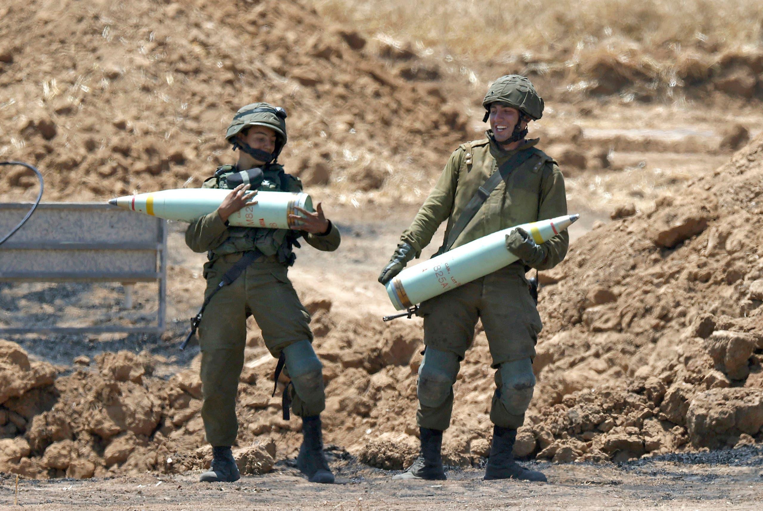 جنود إسرائيليون يحضرون لقصف غزة (فرانس برس)