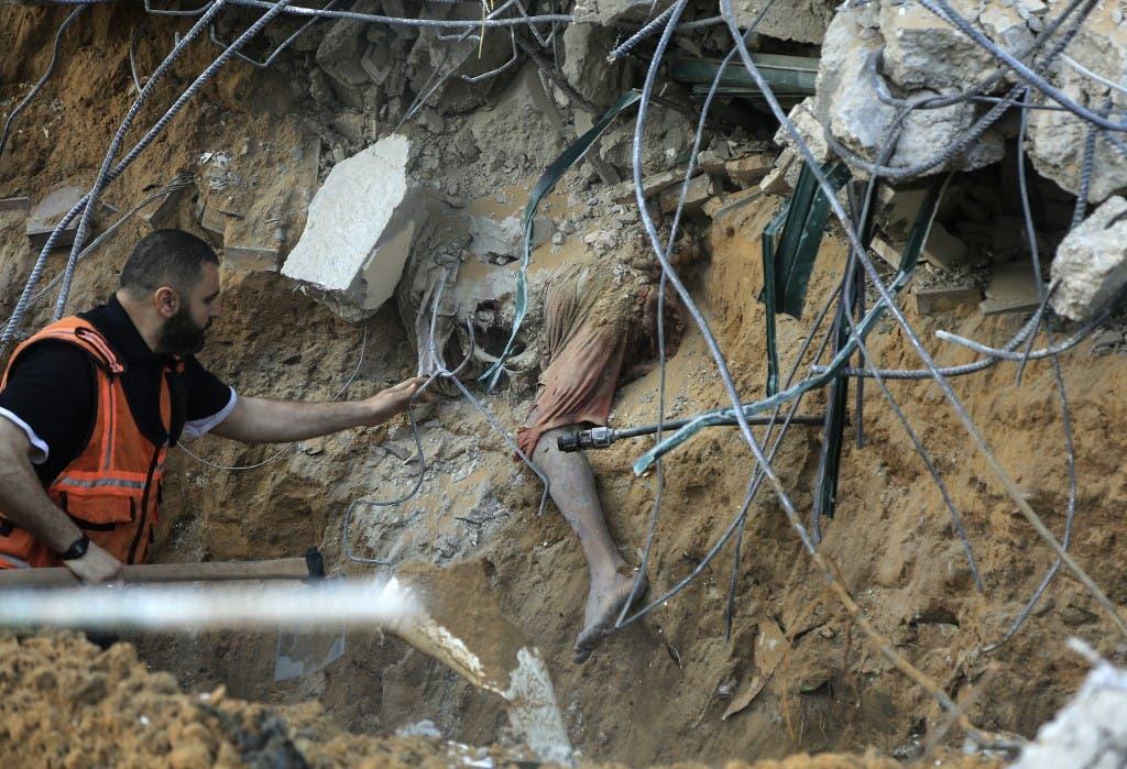 جسد کودک فلسطینی که بر اثر حملات موشکی اسرائیل زیر آوار مانده است