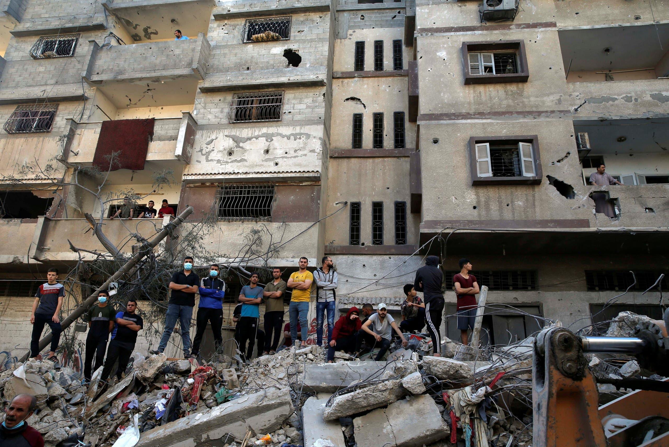 Ciudadanos de Gaza tras el derrumbe de un edificio (Reuters)