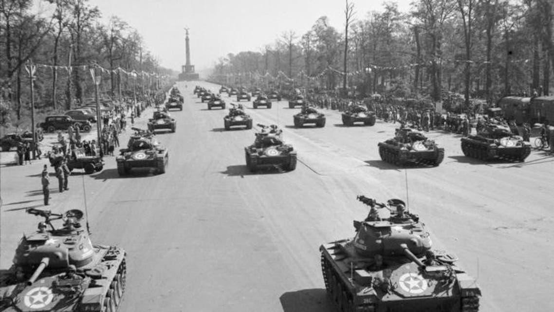 صورة لعدد من الدبابات الأميركية الخفيفة خلال الإستعراض