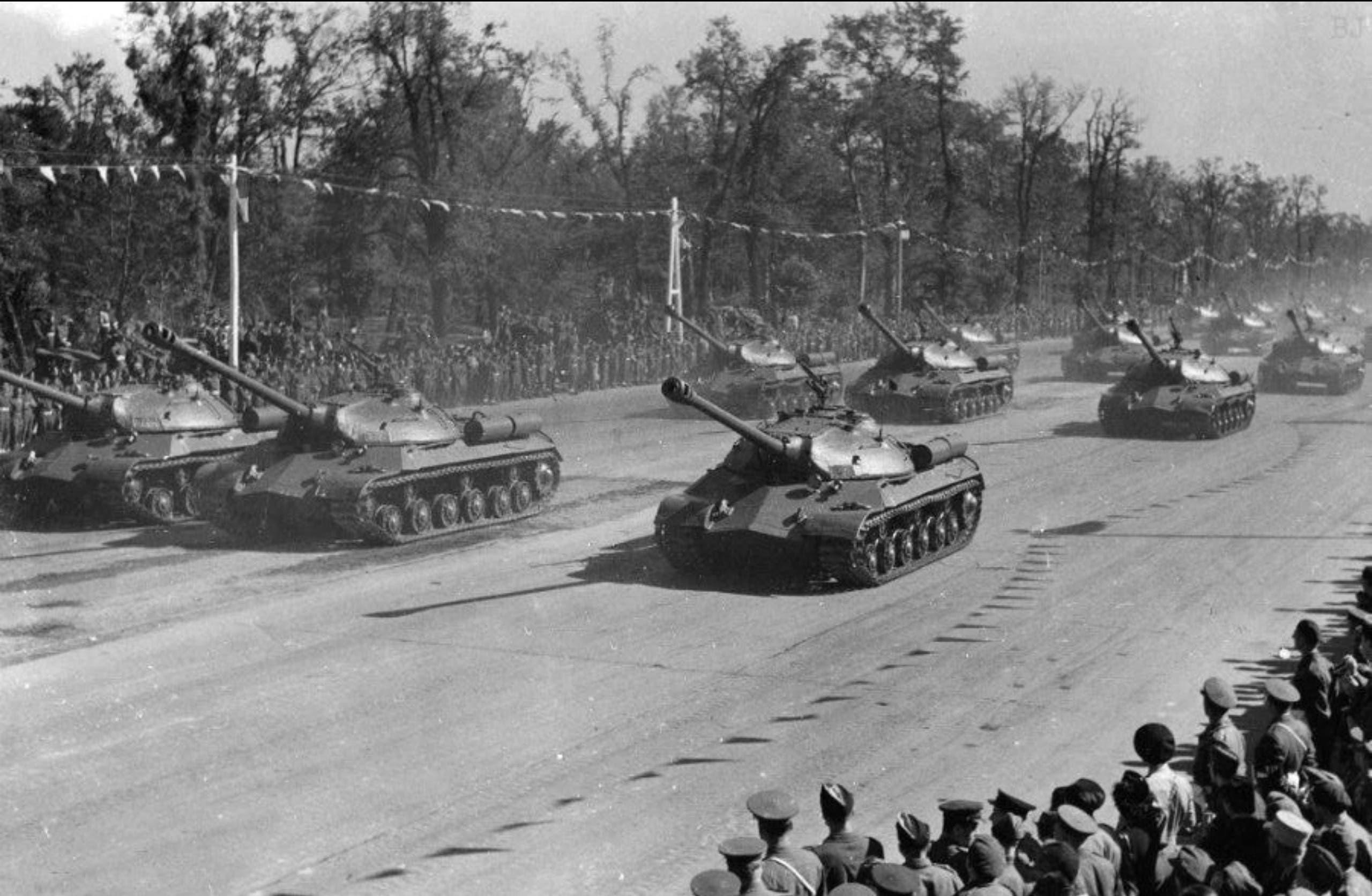 جانب من الدبابات السوفيتية أثناء مرورها بالاستعراض