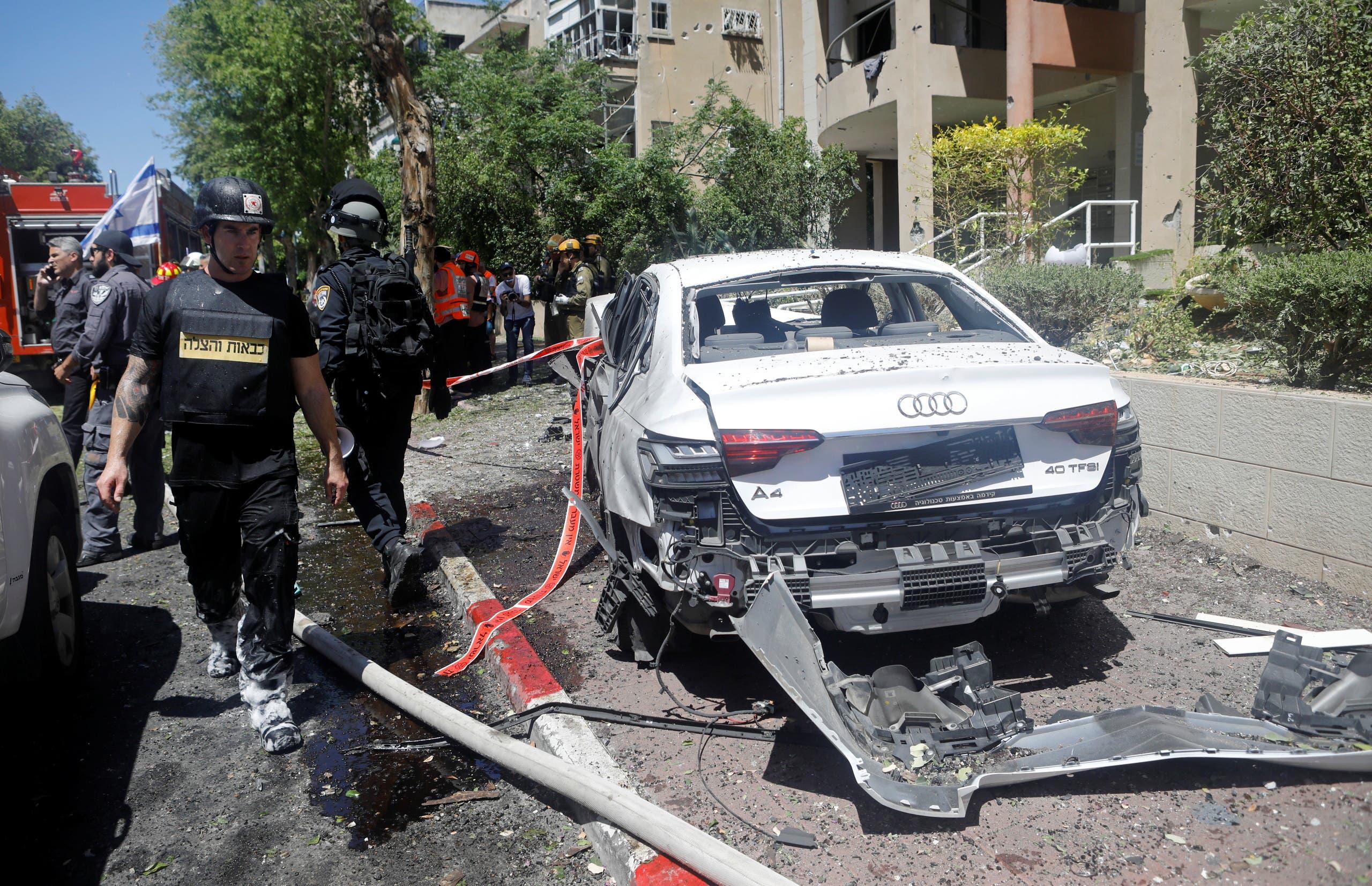 سيارة مدمرة في تل أبيب بفعل صاروخ (رويترز)