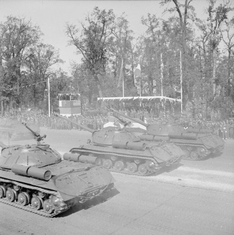 صورة لعدد من الدبابات السوفيتية بالاستعراض