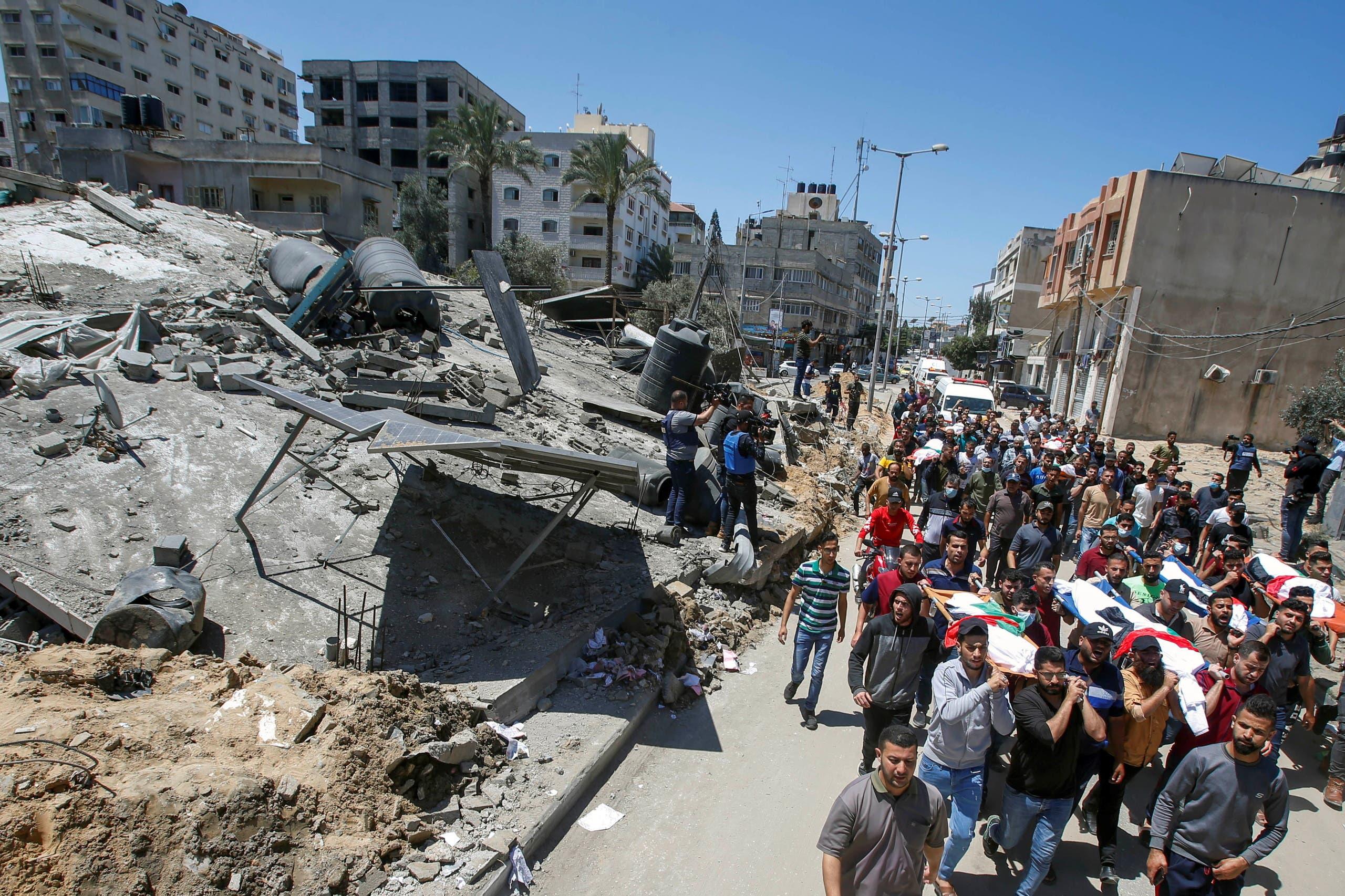 من القصف الإسرائيلي على غزة يوم 15 مايو 2021 (رويترز)