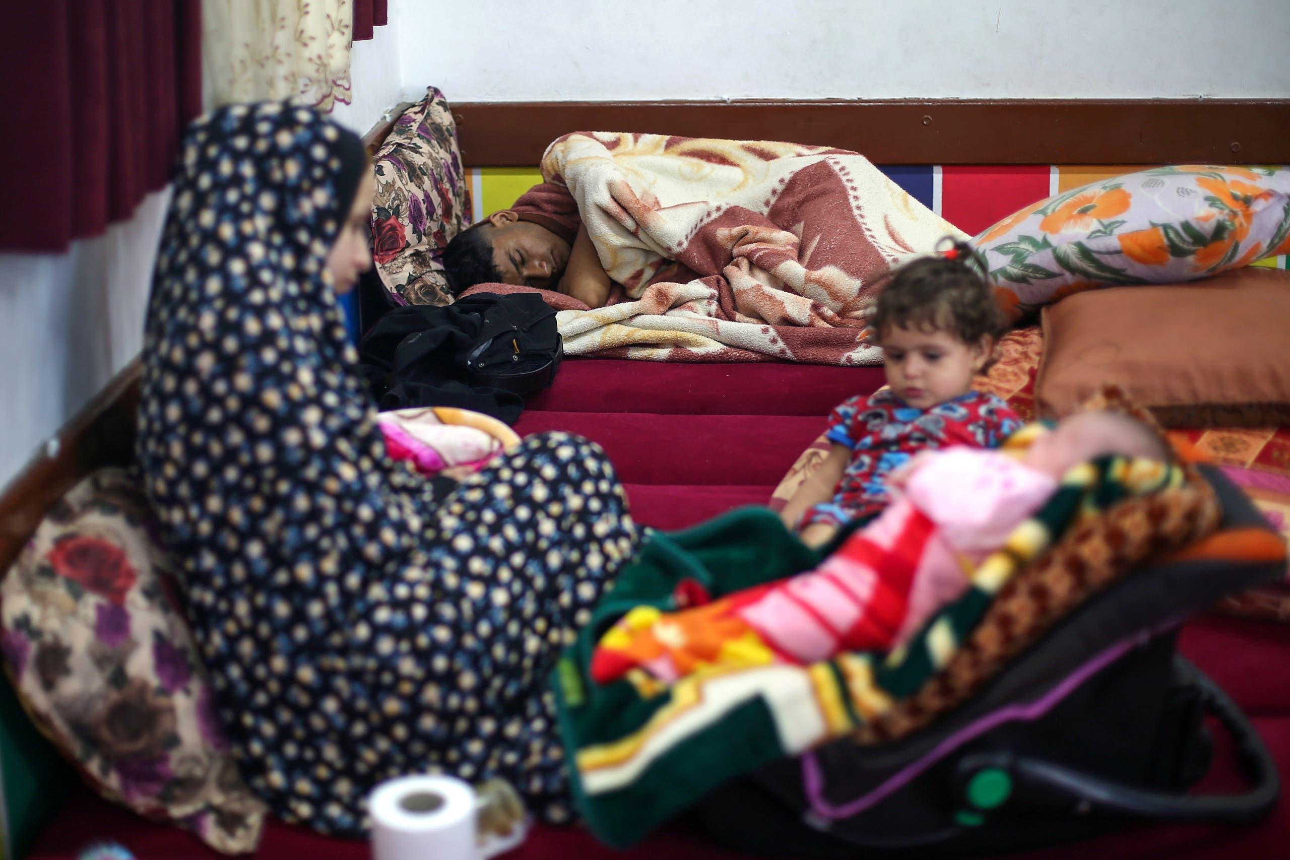 Una familia palestina vive en una escuela después de que su casa fuera destruida por el bombardeo israelí de Gaza - Reuters
