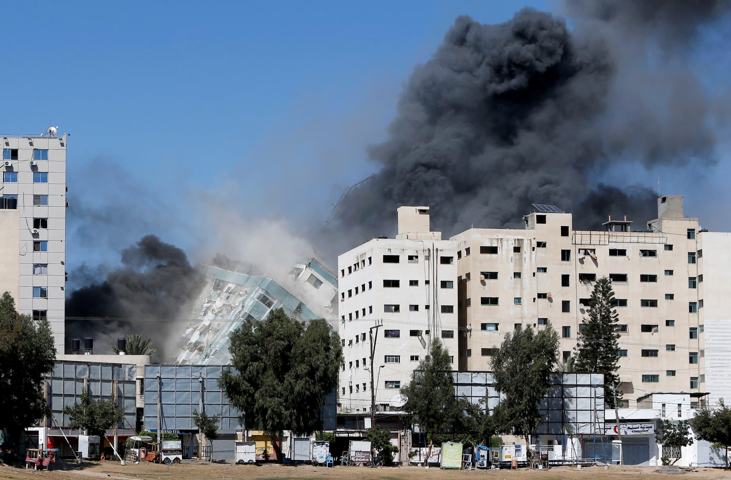 انهيار برج الجلاء في غزة يوم 15 مايوم 2021 (رويترز)