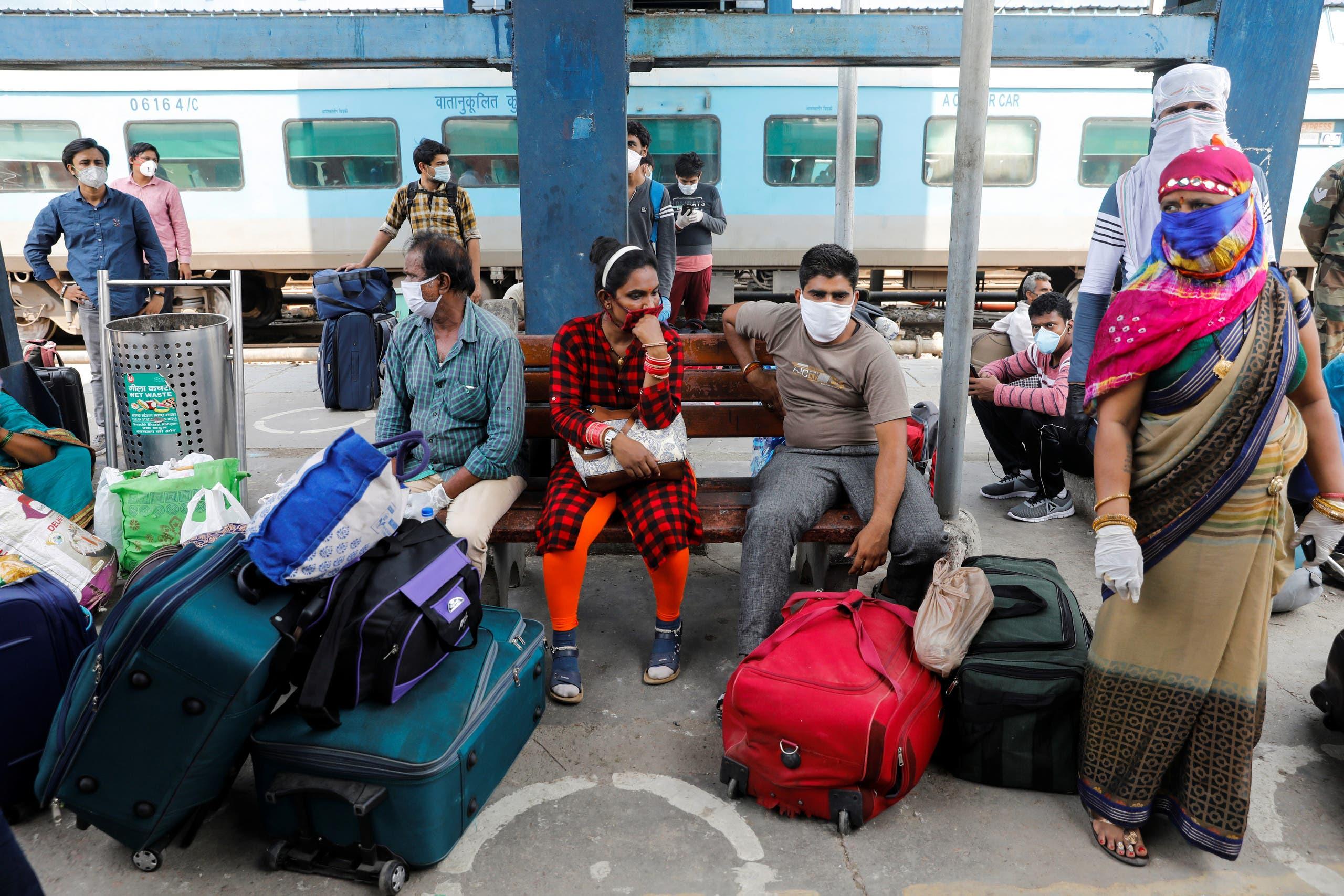 مسافرون داخل محطة قطارات في الهند (أرشيفية من رويترز)
