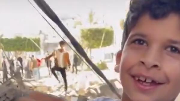 شاهد براءة طفلين هللا لإنقاذ سمكتهما من قصف غزة
