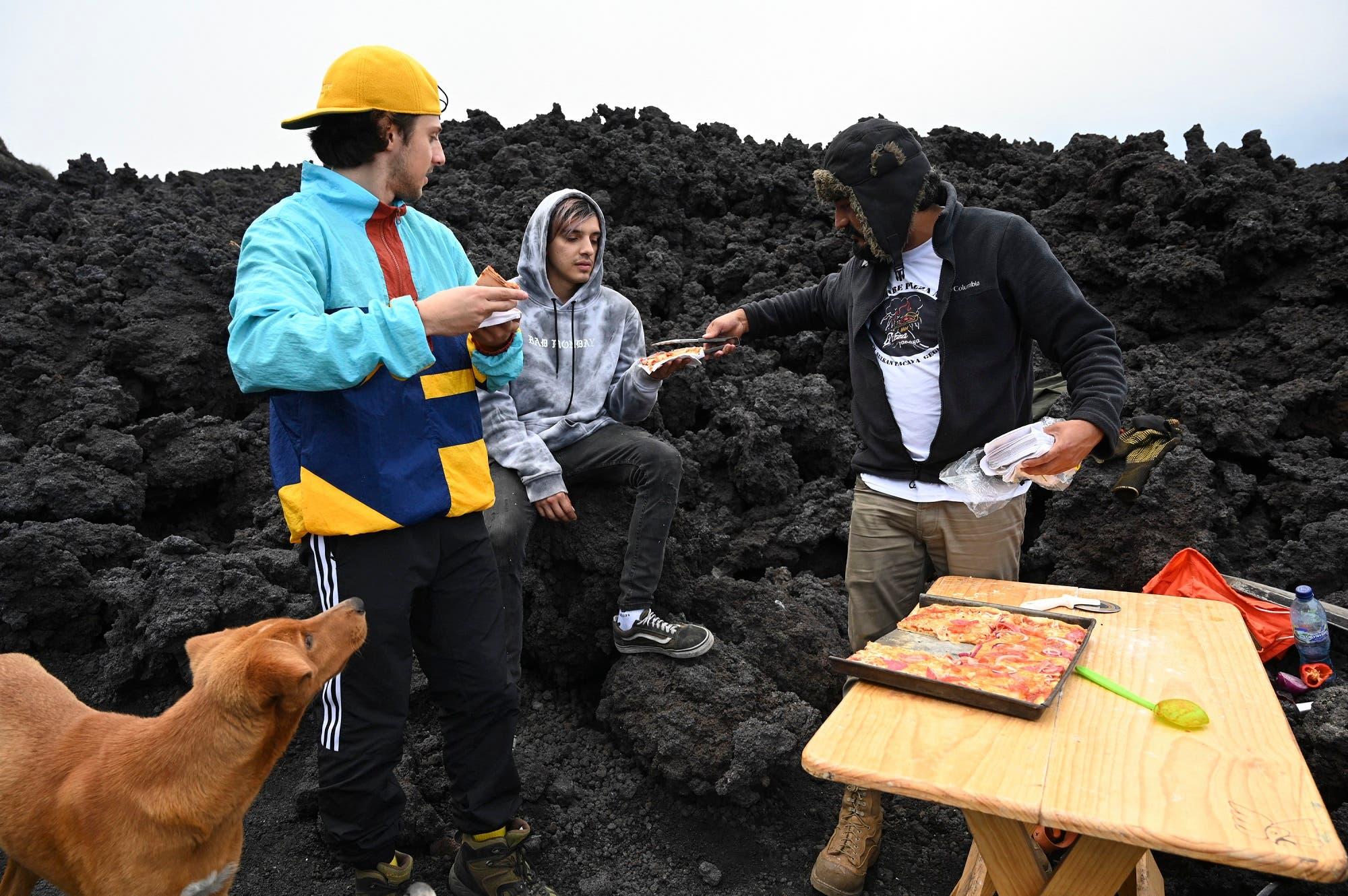ديفيد غارسيا يقدم البيتزا للسياح (فرانس برس)