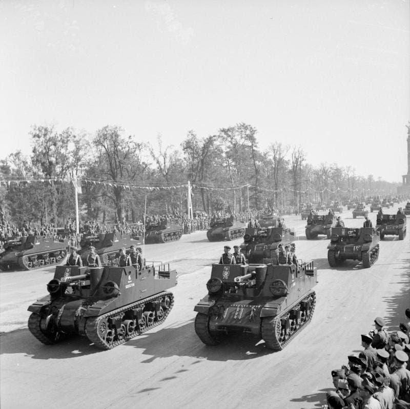صورة لعدد من الدبابات البريطانية الخفيفة خلال الاستعراض