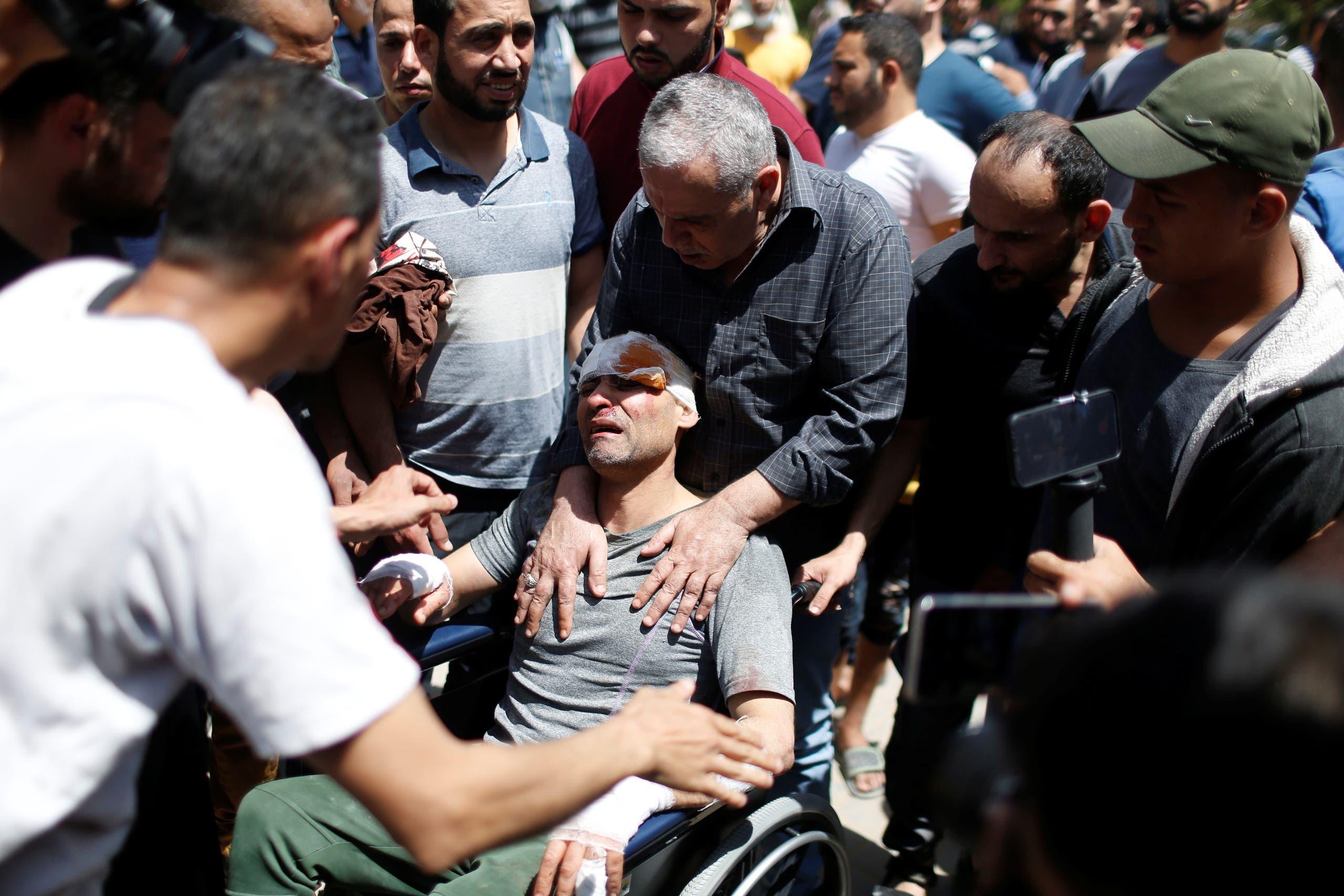 إنقاذ رجل أصيب بغارة إسرائيلية على غزة