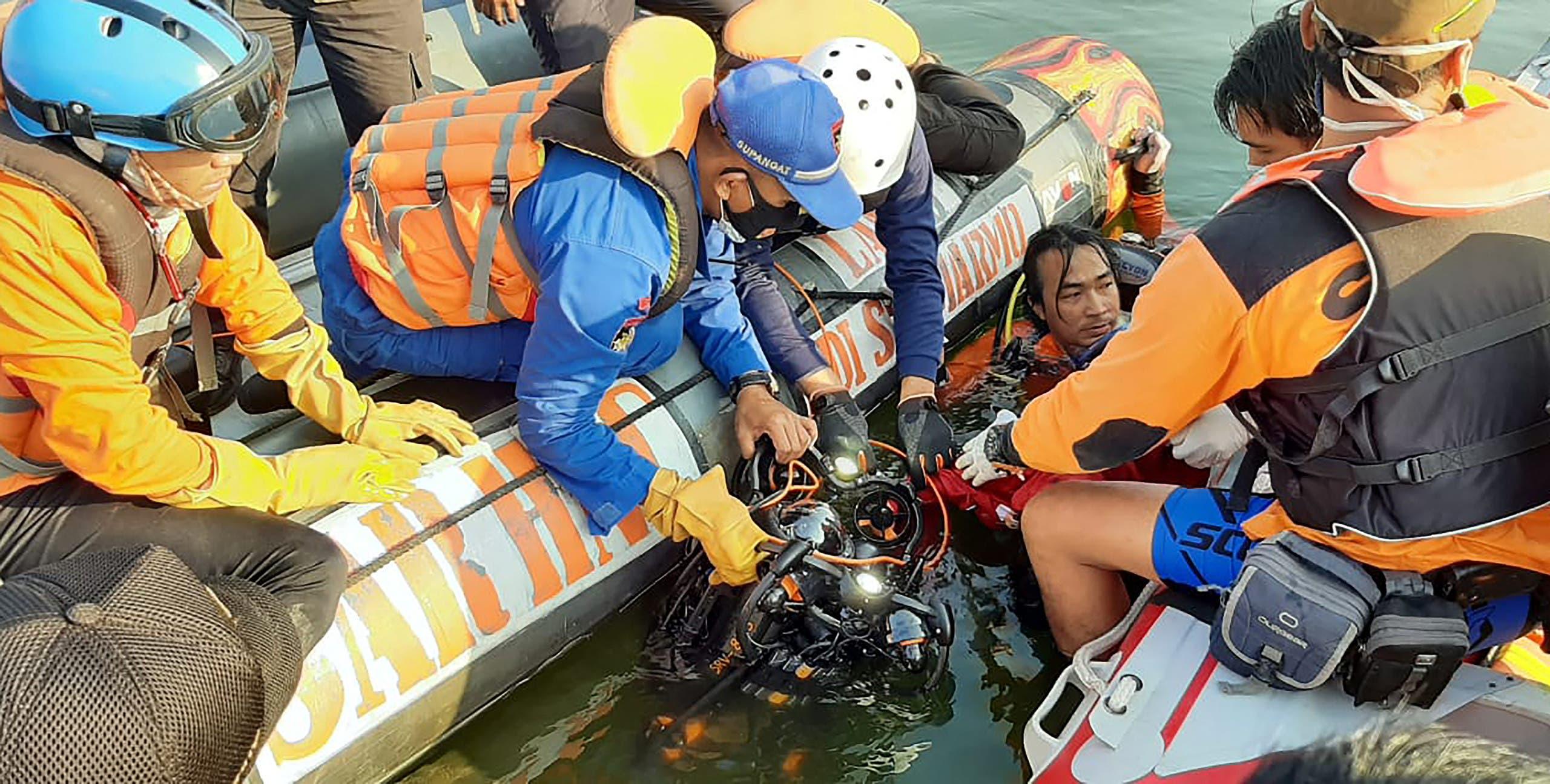 من عملية البحث عن الناجين في البحرية بجزيرة جاوة