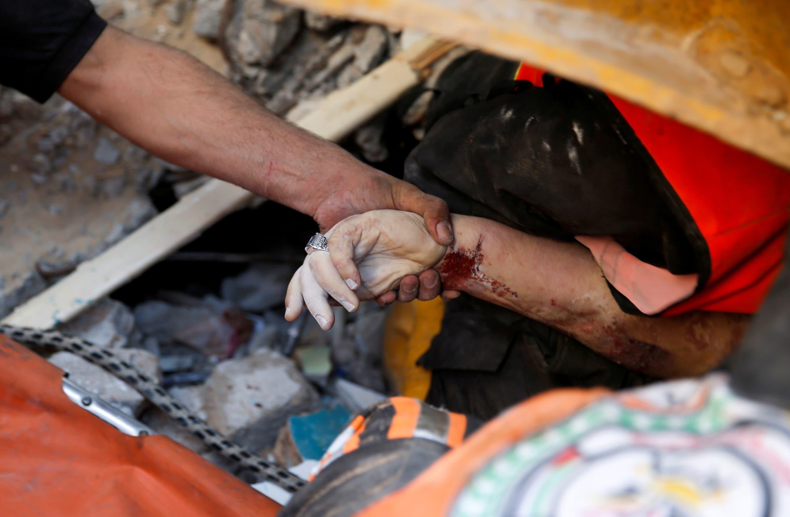 البحث عن ناجين وجثث تحت انقاض مبنى مهدم في غزة بسبب القصف الإسرائيلي