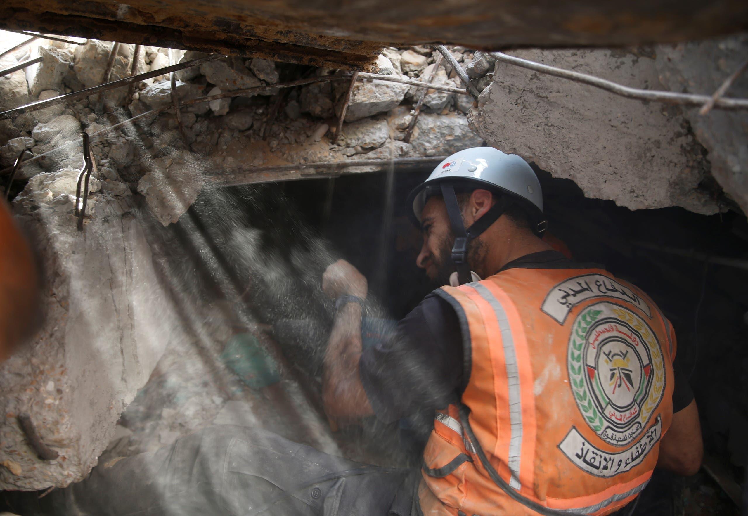 البحث عن أحياء تحت الأنقاض في غزة