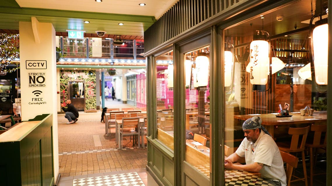 A restaurant worker sits in the window of an empty restuarant, as the number of coronavirus (COVID-19) cases grow around the world, in London, Britain, March 17, 2020. (File Photo: Reuters)