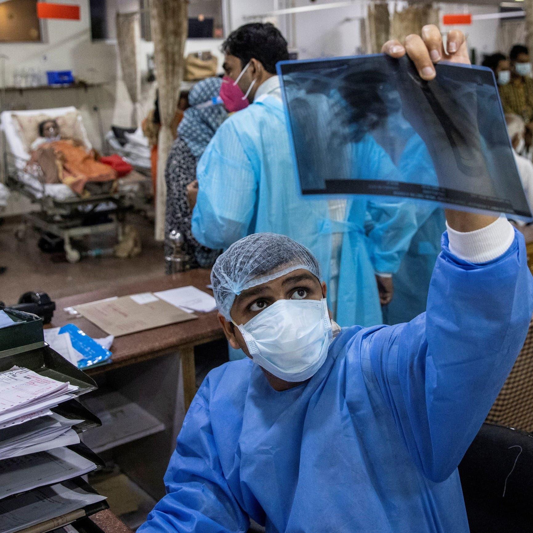 أطباء هنود يطالبون الحكومة بإشراكهم في المعركة ضد كورونا