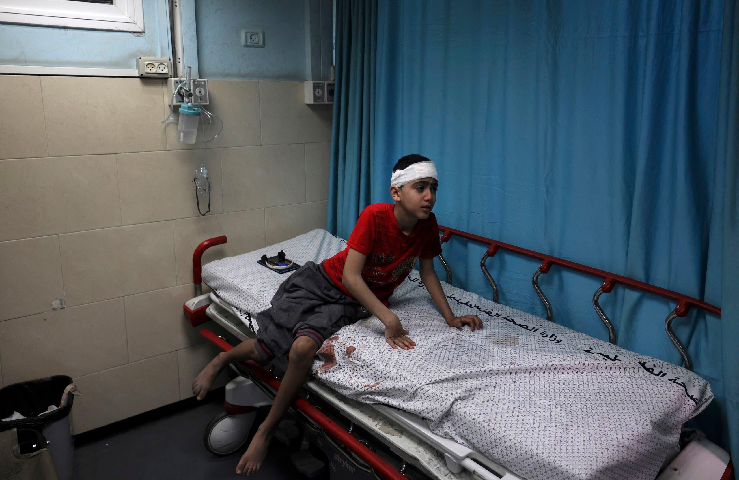 طفل أصيب بالقصف يتعالج في مستشفى الشفاء في غزة