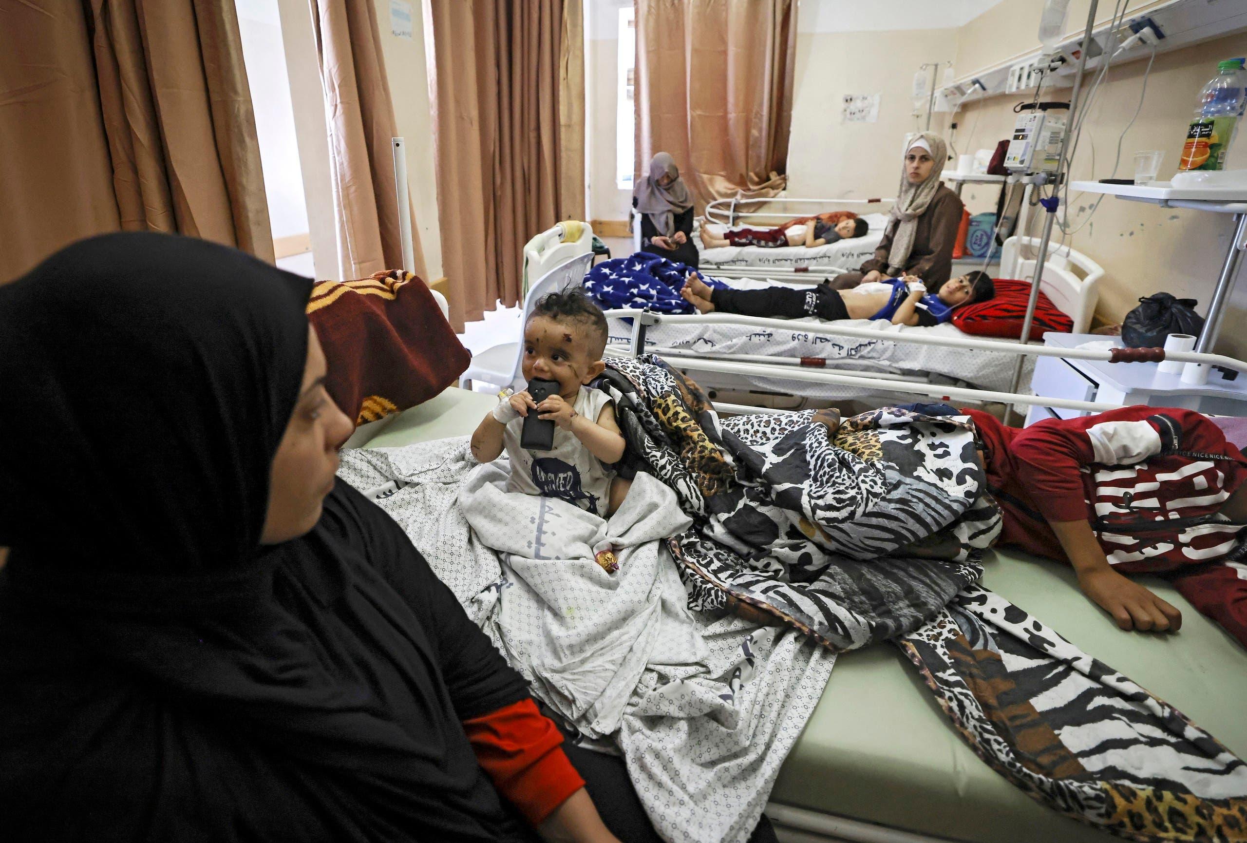 أطفال مصابون إثر القصف يتعالجون في مستشفى الشفاء في غزة