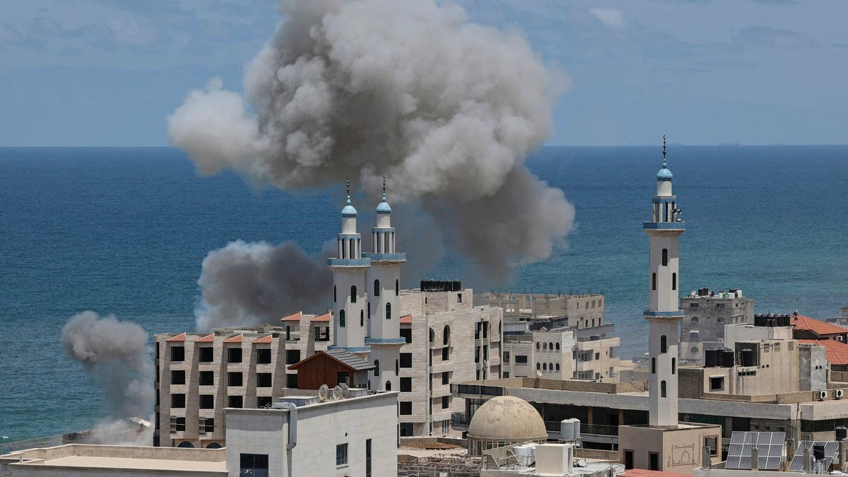 استمرار القصف المتبادل.. وإسرائيل تستهدف مباني في غزة