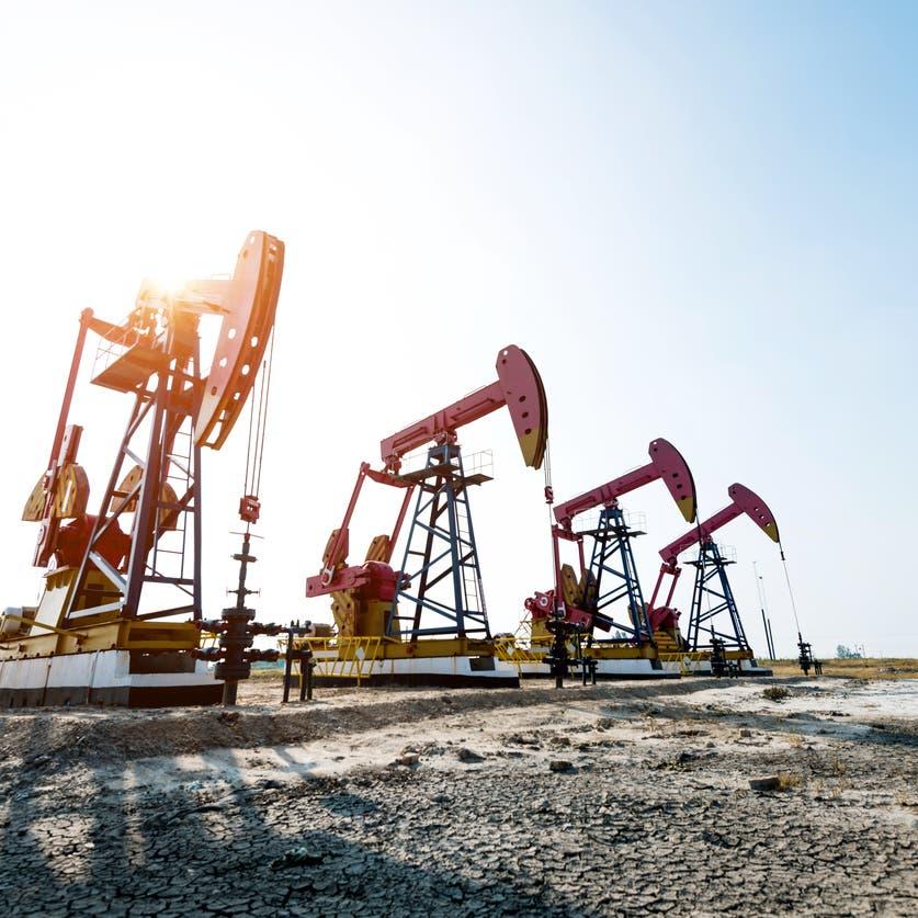 عقود النفط الآجلة تعود للانخفاض رغم التفاؤل بإعادة فتح اقتصادات أميركا وأوروبا