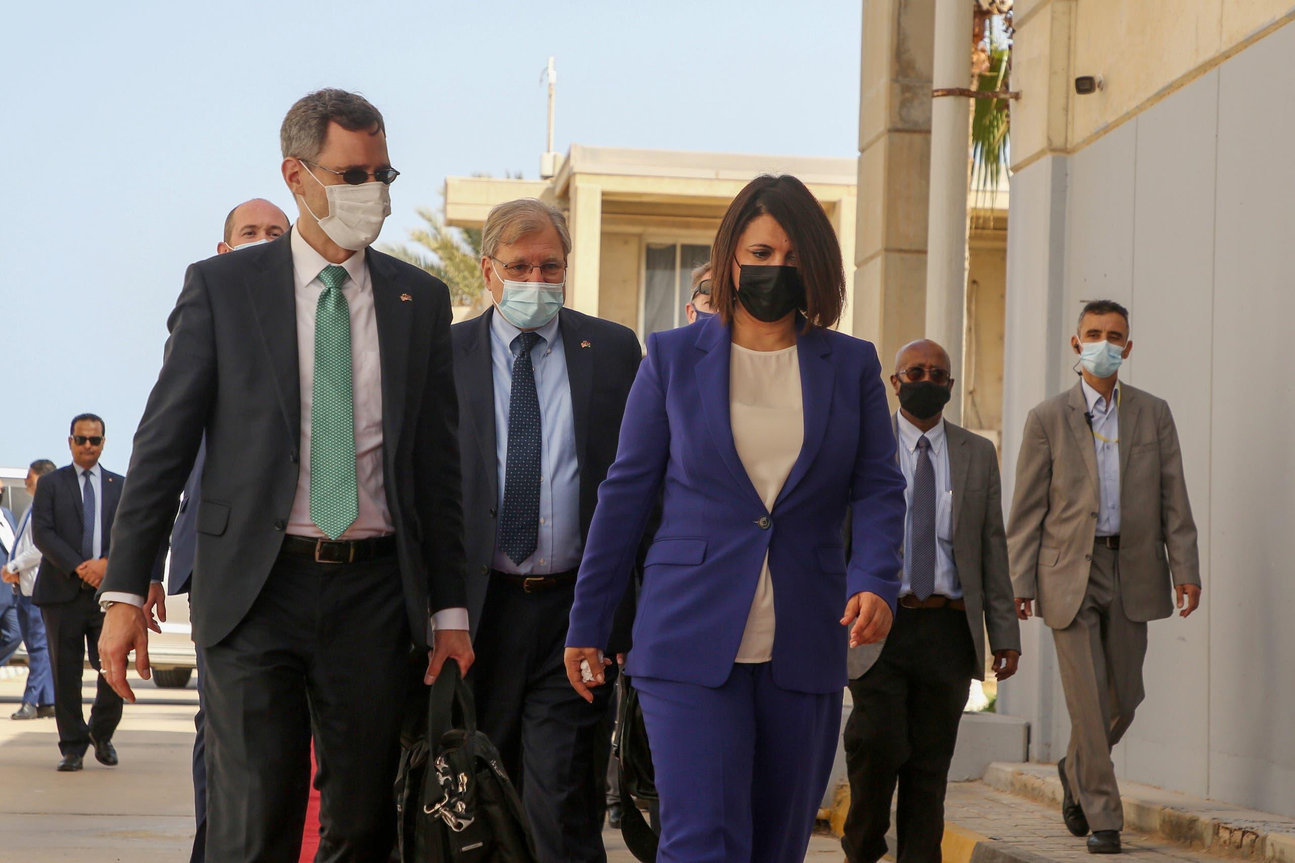 الوفد الأميركي يصل طرابلس (رويترز)