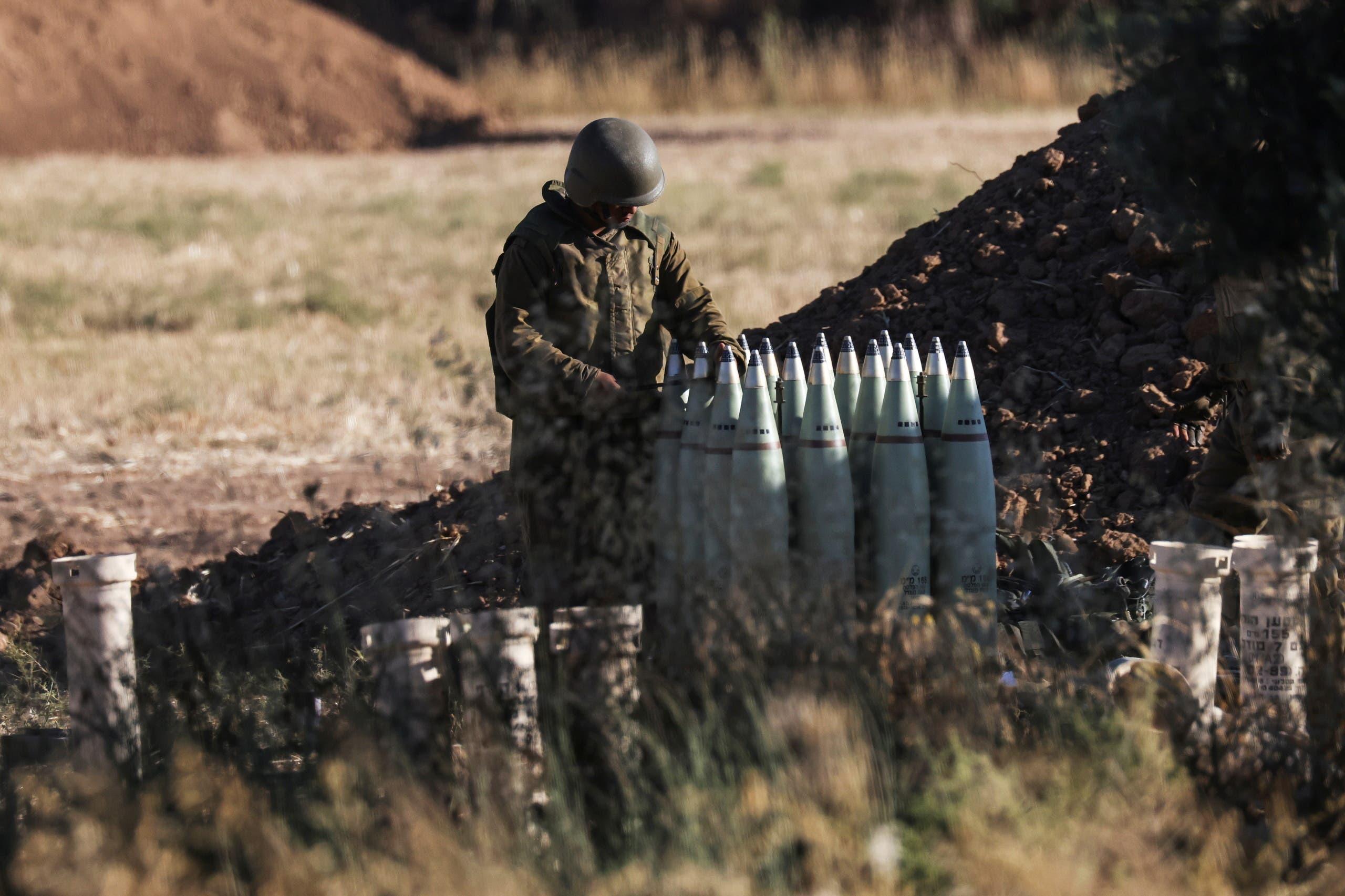 جندي إسرائيلي يستعد لقصف غزة (رويترز)