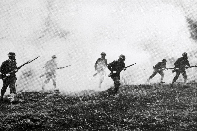 جنود بريطانيون خلال عملية فرارهم من ساحة المعركة عقب استهدافهم بالسلاح الكيمايوي