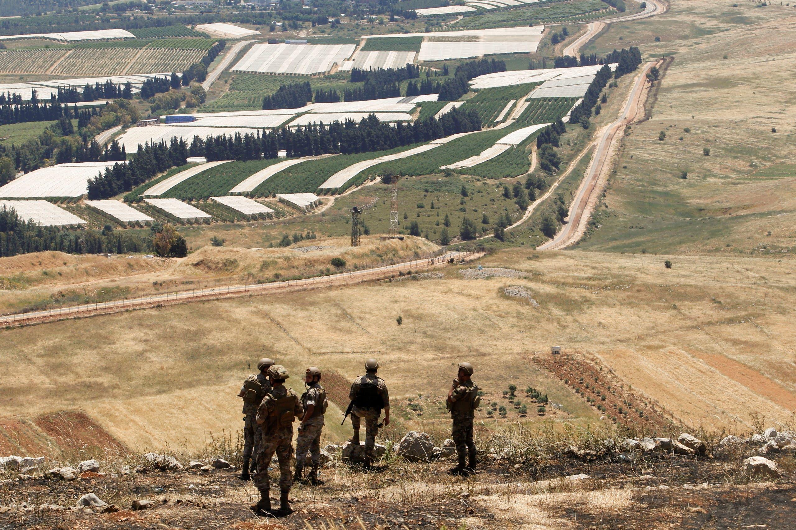 عناصر من الجيش اللبناني عند  الحدود اللبنانية الإسرائيلية (رويترز)