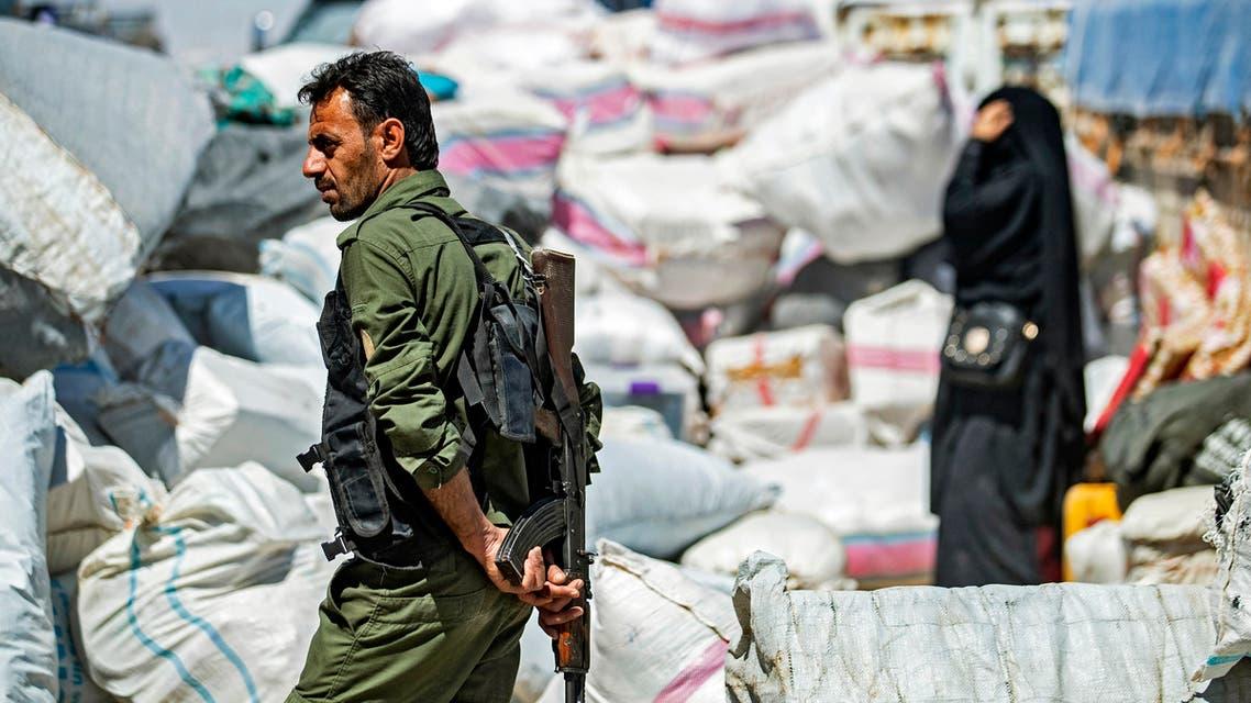 عنصر من الأمن الكردي في الحسكة (فرانس برس)