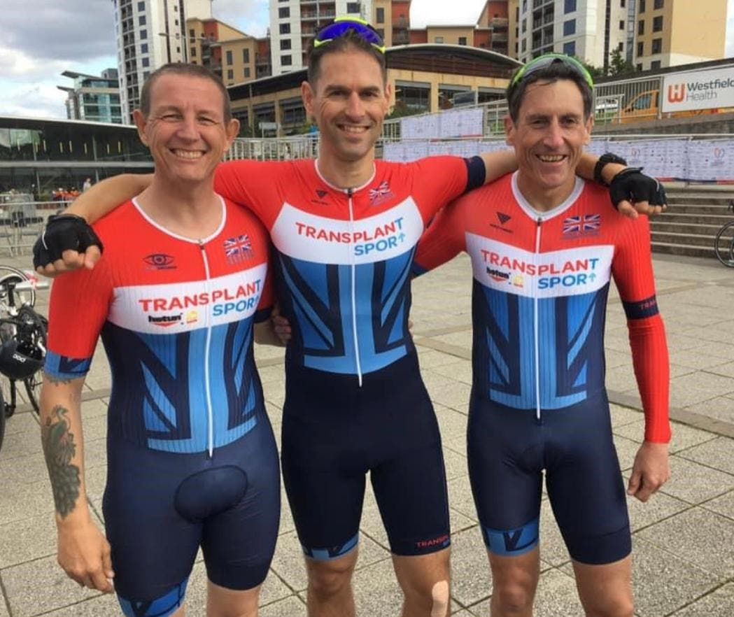 Julian Panter has now competed in a charity triathlon to raise $20,000 for organ transplant charities in memory of his late brother-in-law Tom Jenkins (center). (Supplied)