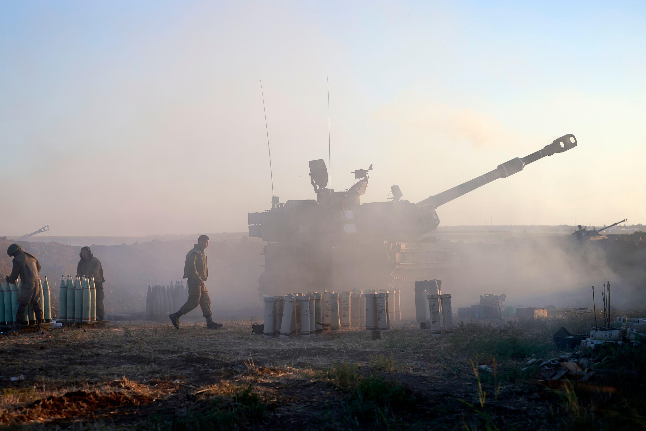 دبابة إسرائيلية تقصف غزة (فرانس برس)