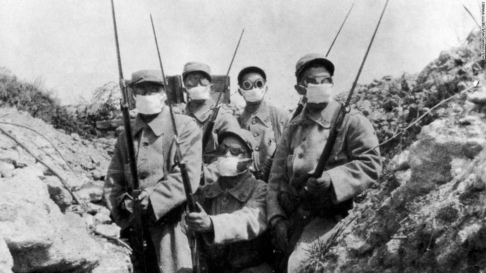 صورة لعدد من الجنود أثناء استخدامهم لنوع من الأقنعة البدائية ضد الأسلحة الكيماوية