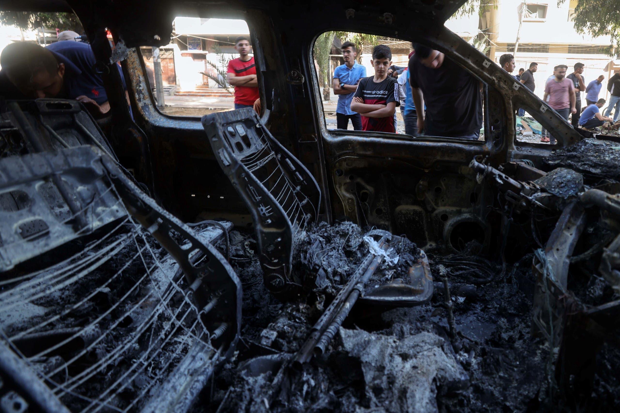 سيارة محترقة إثر القصف على غزة (رويترز)