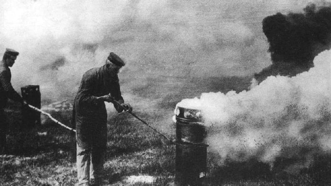 جنود ألمان خلال عملية استخدامهم للسلاح الكيماوي ضد المواقع البريطانية