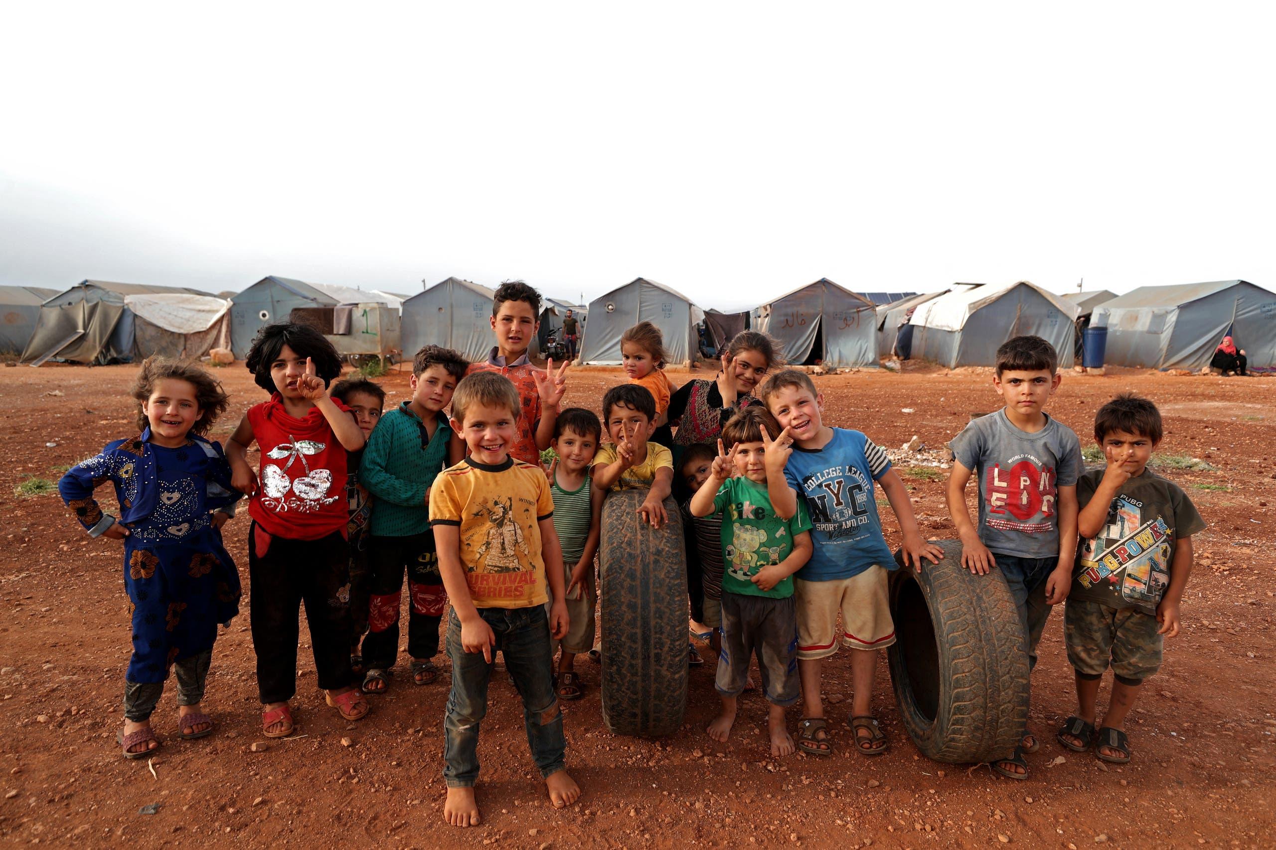 أطفال سوريون في مخيم للنازحين في إدلب