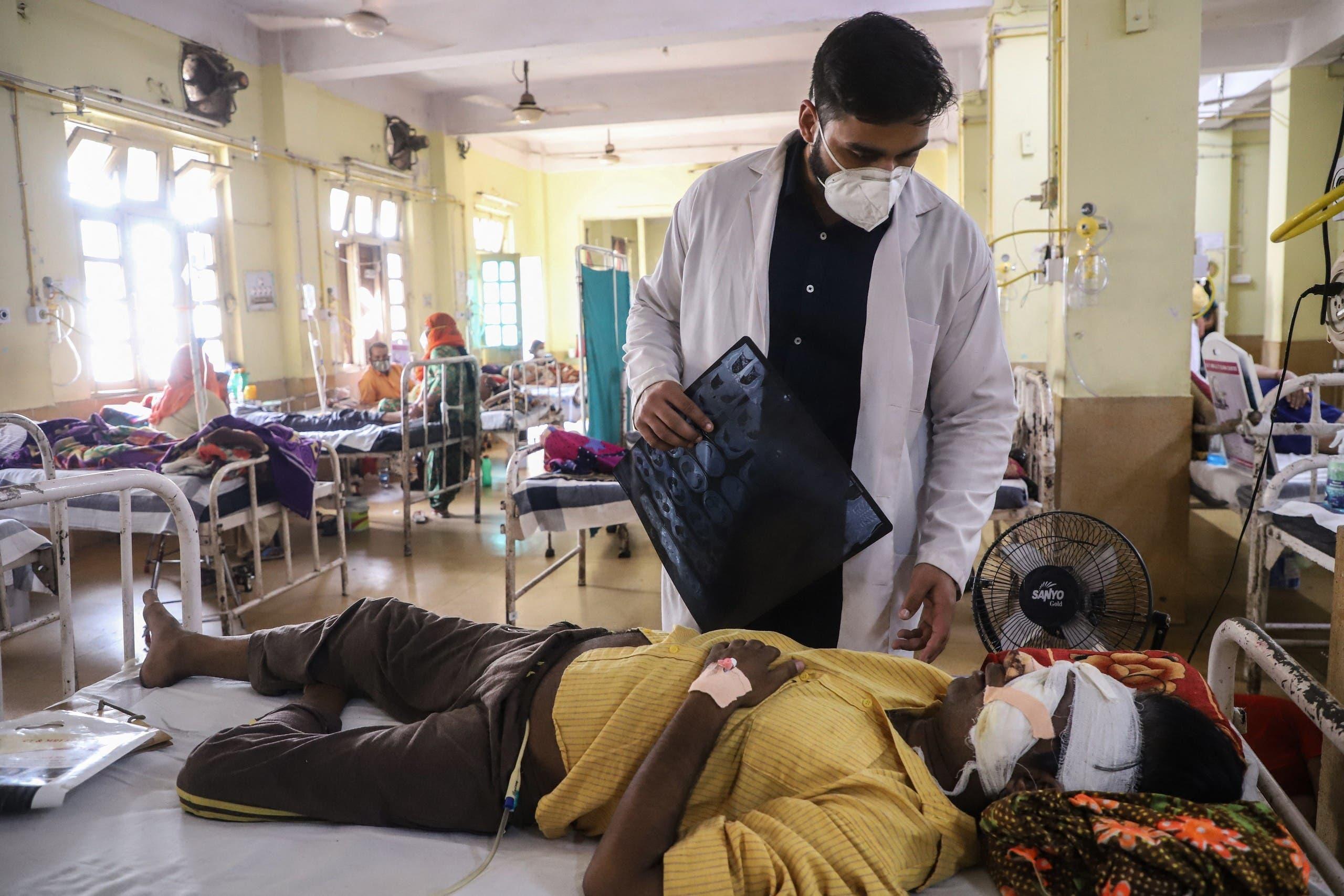 طبيب في جبلبور يعاين مصاباً بالفطر الأسود