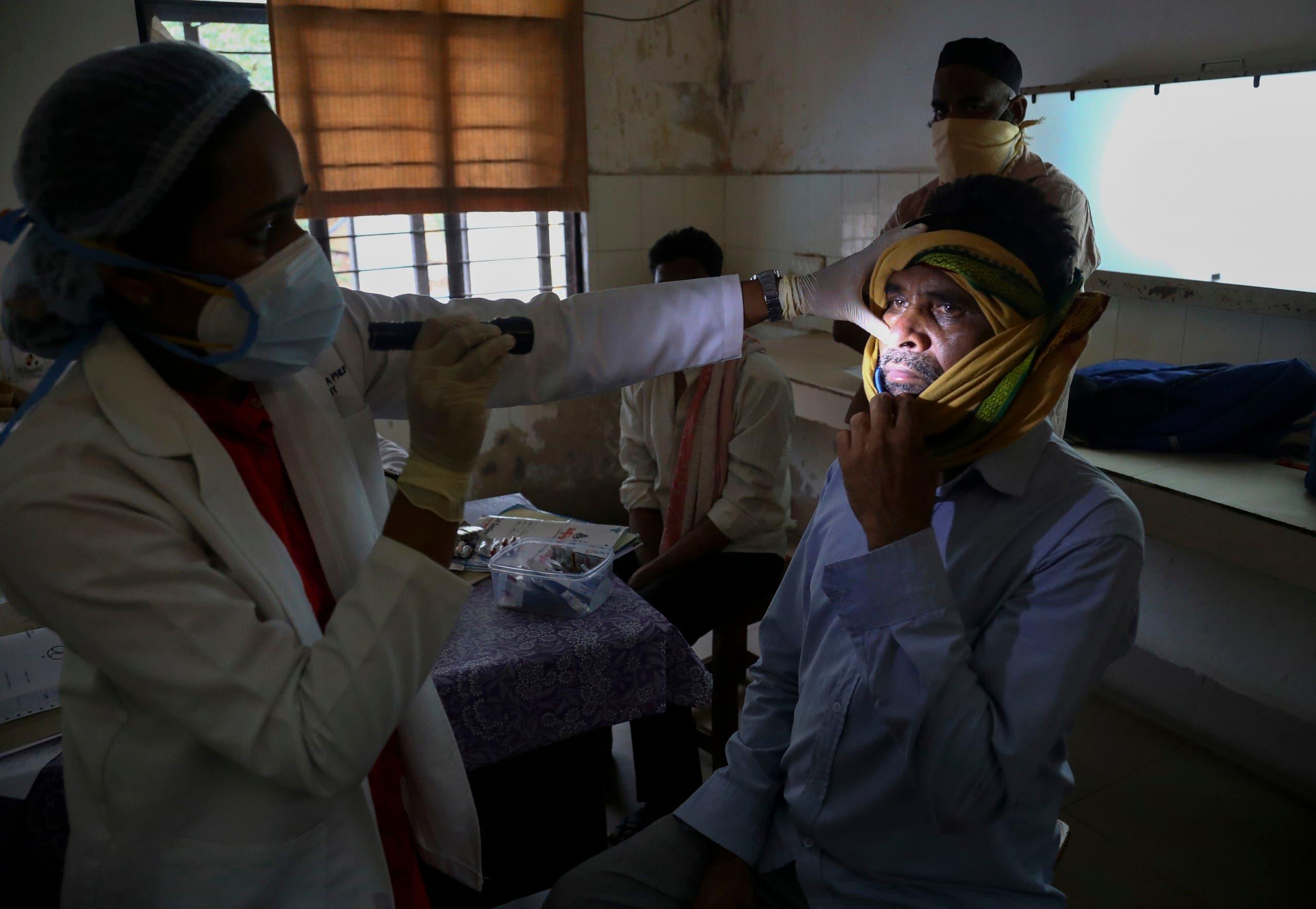 طبيبة في مستشفى في حيدر أباد تعاين مريضاً مصاباً بالفطر الأسود
